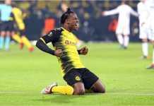 Michy Batshuayi merayakan golnya ke gawang Atalanta pada laga 32 besar Liga Europa, Jumat, sementara para pemain Borussia Dortmund lainnya sudah kembali ke setengah lapangan mereka sendiri.