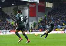 Danilo melepaskan tendangan jarak jauh melengkung yang tak bisa dihentikan kiper lawan dalam laga LIga Inggris antara Burnley vs Manchester City, Sabtu malam.