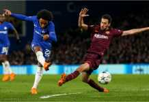 Willian menembak dari luar kotak penalti, menghasilkan gol bagi Chelsea dalam laga leg pertama 16 besar Liga Champions melawan Barcelona, Rabu.