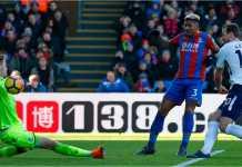 Striker Tottenham Hotspur Harry Kane mengirim tembakan ke gawang Crystal Palace pada laga Liga Inggris, Minggu.