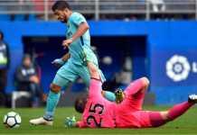 Striker Barcelona Luis Suarez berhasil mengitari kiper EIbar untuk menembak ke gawang yang kosong pada lanjutan laga Liga Spanyol, Sabtu.