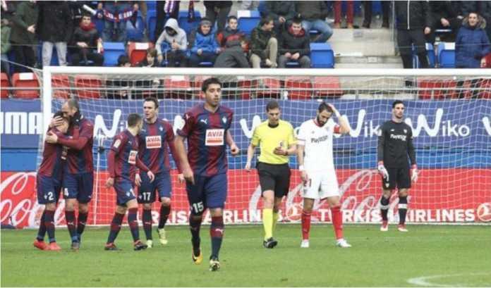 Perayaan para pemain Eibar usai mencetak gol keempat ke gawang Sevilla pada lanjutan Liga Spanyol, Sabtu malam. Laga itu akhirnya usai dengan skor 5-1.