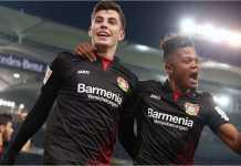 Leon Bailey (kanan) merayakan gol pertama Bayer Leverkusen saat menang 1-2 atas Hamburg pada laga Liga Jerman, Sabtu 17 Februari 2018.