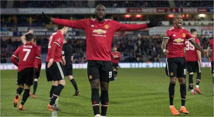 Romelu Lukaku merayakan golnya ke gawang HUddersfiled saat Manchester United menang 2-0 di putaran kelima Piala FA, Minggu.