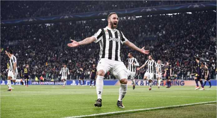 Striker Juventus Gonzalo Higuain merayakan gol pertamanya ke gawang Tottenham Hotspur pada pertandingan leg pertama 16 besar Liga Champions, Rabu 14 Februari 2018.