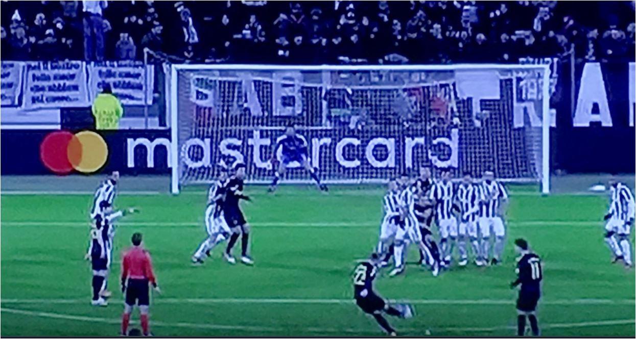 Inilah momen ketika semua pemain Juventus melompat, sementara penendang free-kick Christian Eriksen justru menembak di kolong para pemain.