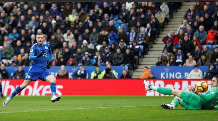 Striker Leicester City Jamie Vardy menaklukkan kiper Swansea City pada menit 15 laga Liga Inggris di King Power Stadium, Sabtu malam