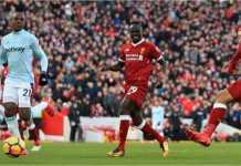 Roberto Firmino mencetak gol bagi Liverpool tanpa melihat ke gawang West Ham United dalam laga Liga Inggris, Sabtu 24 Februari 2018, di Anfield.