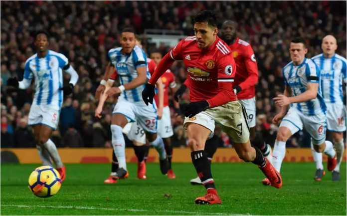 Pemain anyar Man United Alexis Sanchez menyambar bola rebound setelah tendangan penaltinya ditahan kiper Huddersfield pada laga Liga Inggris di Old Trafford, Sabtu malam.