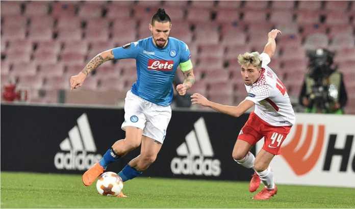 Marek Hamsik berebut bola dengan satu pemain lawan pada laga 32 besar Liga Europa antara Napoli vs RB Leipzig, Jumat.