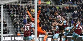Pemain Newcastle United Karl Darlow mencetak gol ke gawangnya sendiri pada laga Liga Inggris menjamu Burnley, Kamis, yang usai dengan skor 1-1.