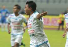 Dedik Setiawan mencetak gol bagi Arema FC pada laga Grup A Piala Gubernur Kaltim, Jumat malam, melawan PSIS di Stadion Segiri Samarinda.