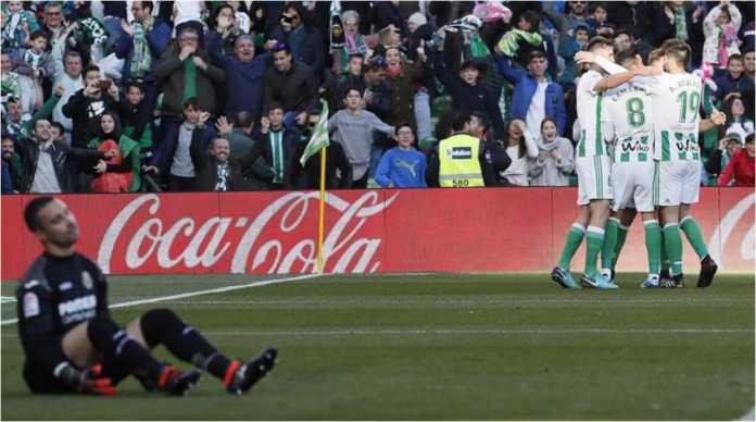 Loren Moron merayakan gol-golnya bersama para pemain Real Betis setelah menjebol gawang Villarreal dua kali pada laga LIga Spanyol, Sabtu malam.