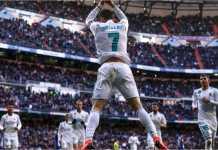 Bintang Real Madrid Cristiano Ronaldo merayakan golnya ke gawang Alaves, Sabtu malam 24 Februari 2018, di Santiago Bernabeu.