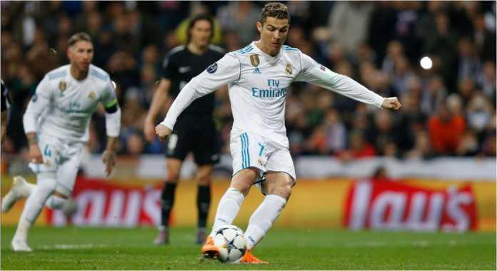 Striker Real Madrid Cristiano Ronaldo mengeksekusi penalti pada akhir babak pertama leg kesatu 16 besar Liga Champions melawan PSG, Kamis 15 Februari 2018.