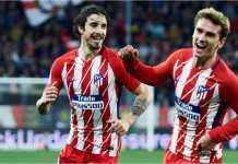 Antoine Griezmann merayakan tiga golnya ke gawang Sevilla pada lanjutan Liga Spanyol, Senin, yang usai dengan skor 2-5.