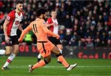 Mohamed Salah menembak untuk menjadi gol kedua Liverpool dalam laga Liga Inggris di kandang Southampton, Minggu 11 Januari 2018.