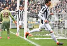 Pemain Juventus Alex Sandro merayakan golnya ke gawang Torino dalam derby Turin, Minggu, di Stadio Olimpico.