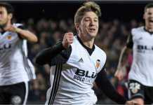Daniel Parejo merayakan golnya dari titik penalti bagi Valencia dalam laga Liga Spanyol menjamu Levante, Senin 12 Februari 2018.