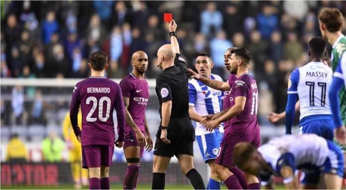 Wasit Anthony Taylor mengibaskan kartu merah kepada Fabian Delph pada menit 45 laga Piala FA putaran kelima antara Wigan vs Manchester City.