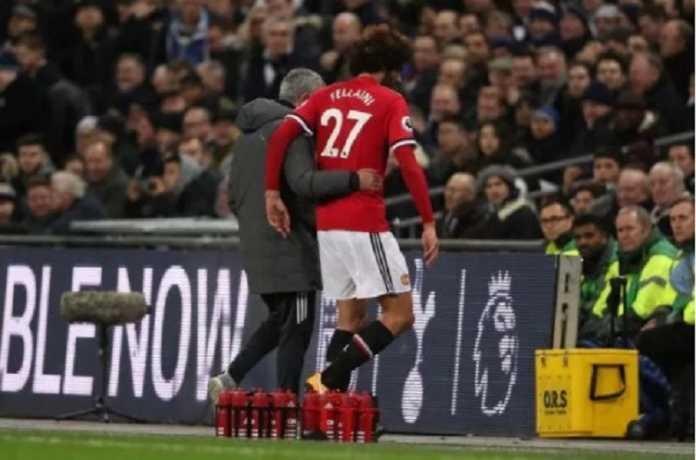 Jose Mourinho meminta gelandangnya, Marouane Fellaini, segera teken kontrak baru di Manchester United.