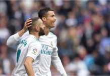 Karim Benzema dan Cristiano Ronaldo merayakan gol terakhir Real Madrid dari titik penalti pada laga LIga Spanyol melawan Alaves, Sabtu 24 Februari 2018.