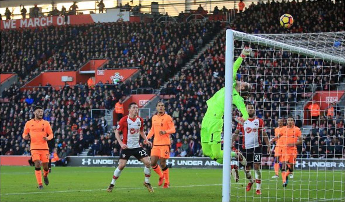 Kiper Liverpool Loris Karius melakukan penyelamatan super dari hasil tandukan pemain Southampton James Ward-Prowse pada laga Liga Inggris, Minggu 11 Januari 2018.