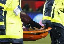 Neymar ditandu keluar pada laga PSG vs Marseille, Senin 26 Februari 2018, setelah menderita keseleo pergelangan kaki pada 10 menit terakhir laga di Parc des Princes itu.