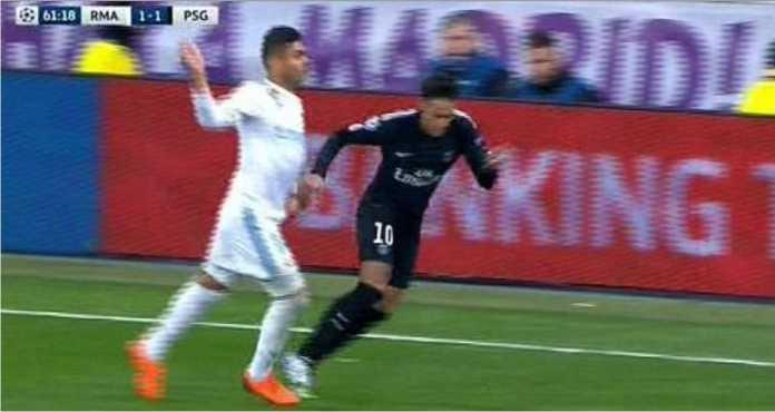 Striker PSG Neymar terjatuh saat ditempel bek Real Madrid Casemiro pada laga leg pertama 16 besar Liga Champions di Bernabeu, Kamis 15 Februari 2018.