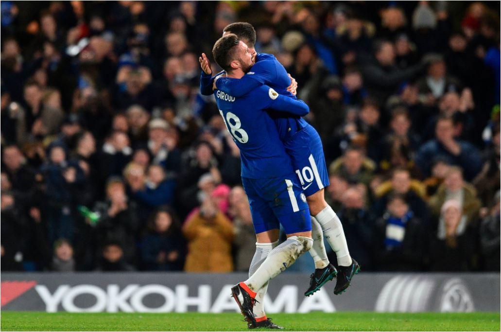 Olivier Giroud selaku pemberi assist dan Eden Hazard berpelukan saat merayakan gol Chelsea ke gawang West Brom pada laga Liga Inggris, Selasa 13 Februari 2018, di Stamford Bridge.