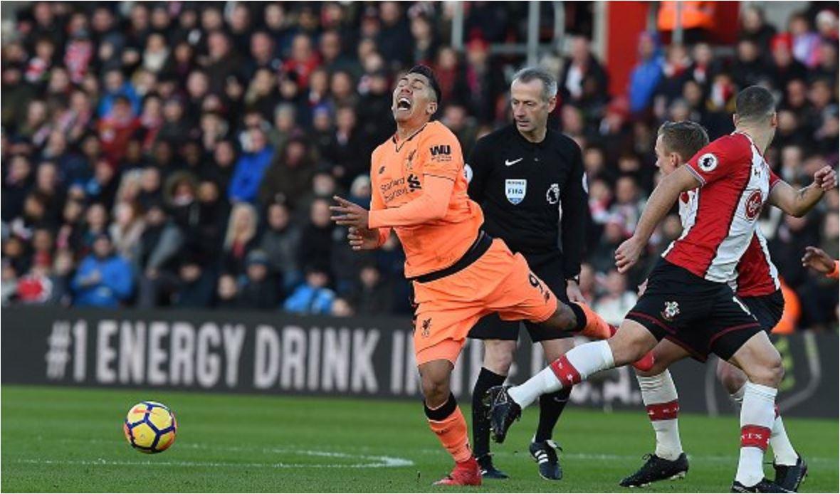Sebanyak tiga kali Roberto Firmino menjadi korban kebrutalan para pemain Southampton pada babak pertama pertandingan Liga Inggris, Minggu. Ada berapa kali penalti diberikan untuk Liverpool? Nol besar!