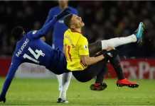 Tiemoue Bakayoko tampak menerjang seorang pemain lawan pada laga Watford vs Chelsea, Selasa dinihari