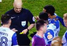 Wasit Anthony Taylor nampak menuliskan nama Fabian Delph di atas kartu kuning, sementara mengganjar si pemain dengan kartu merah beberapa saat sebelumnya, pada laga Piala FA Wigan vs Manchester City, Selasa 20 Februari 2018.