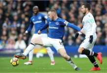 Kapten Everton Wayne Rooney beraksi dalam laga Liga Inggris melawan Crystal Palace, Sabtu malam, yang usai dengan skor 3-0.