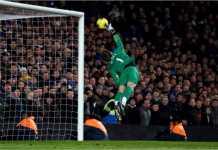 David De Gea terbang untuk menepis bola dalam salah satu aksi penyelamatannya untuk Manchester United.