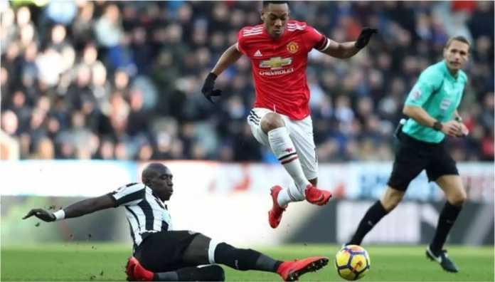 Anthony Martial berusaha melepaskan diri dari cegatan satu pemain lawan dalam laga Liga Inggris antara Newcastle United vs Manchester United, Minggu (11/02/2018).