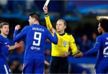 Striker Chelsea Alvaro Morata terkena kartu kuning usai membanting bendera asisten wasit pada laga melawan Crystal Palace, Minggu, di Stamford Bridge
