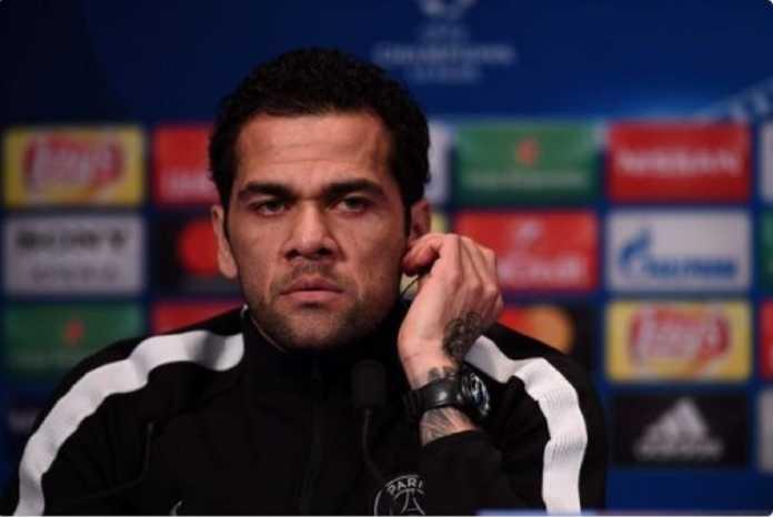 Dani Alves keburu dihujat setelah ia komentari kematian kapten Fiorentina, Davide Astori, dan diterjemahkan salah.