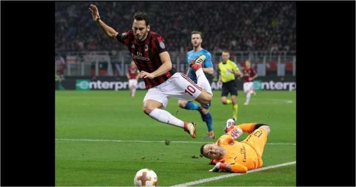Kiper Arsenal tampaknya melakukan kontak dengan kaki striker AC Milan Hakan Calhanoglu pada awal babak pertama laga Liga Europa leg pertama 16 besar, Jumat, di San Siro.