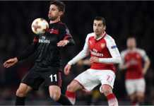 Henrikh Mkhitaryan dan Fabio Borini berebut bola pada laga leg kedua 16 besar Liga Europa antara Arsenal vs AC Milan, Jumat