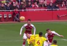Shkodran Mustafi melepaskan tandukan maut yang menjadi gol pertama pada laga Liga Inggris antara Arsenal vs Watford, Minggu malam