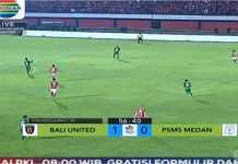 Suasana pertandingan beberapa saat sebelum terjadinya gol Stefano Lilipaly yang membawa Bali United unggul 1-0 atas PSMS Medan di ajang Liga 1 Indonesia, Sabtu malam.