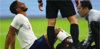 Joe Gomez kesakitan saat menerima perawatan medis dalam laga persahabatan Belanda vs Inggris, Sabtu dinihari WIB