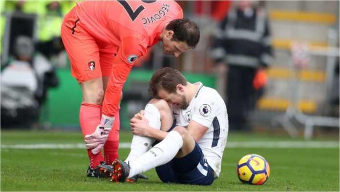 Striker Tottenham Hotspur Harry Kane kesakitan usai menderita cedera di menit 34 atau 35 laga Liga Inggris di kandang Bournemouth, Minggu malam.