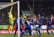 Kiper Everton Jordan Pickford menyelamatkan satu serangan oleh pemain Burnley pada laga Liga Inggris, Sabtu 3 Maret 2018