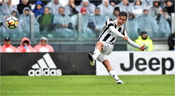 Paulo Dybala mengirim tendangan bebas mautnya untuk menjadi gol pertama Juventus pada laga Liga Italia menjamu Udinese, Minggu malam