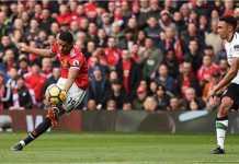 Marcus Rashford menembak untuk menyumbangkan gol bagi Manchester United pada laga Liga Inggris melawan Liverpool, Sabtu