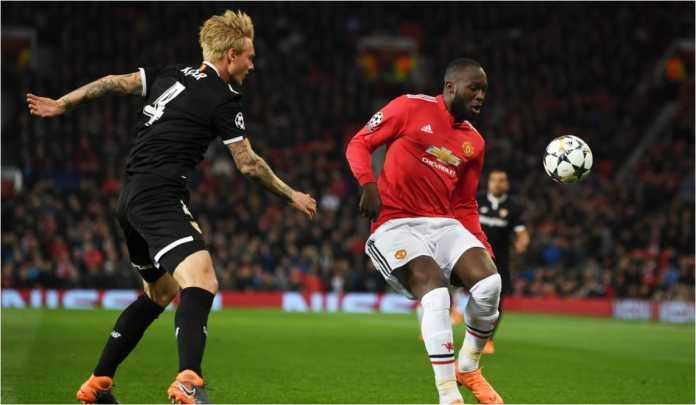 Romelu Lukaku berebut bola dalam laga Liga Champions di Old Trafford, Rabu, antara Manchester United vs Sevilla