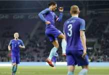 Kapten Belanda Virgil Van Dijk merayakan gol ketiga tim Oranje ke gawang Portugal dalam sebuah laga persahabatan yang berat sebelah, Selasa dinihari