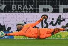 Roman Buerki merentangkan tangan sepanjang mungkin untuk melakukan tiga saves sepanjang babak pertama laga leg kedua 16 besar Liga Europa, Jumat